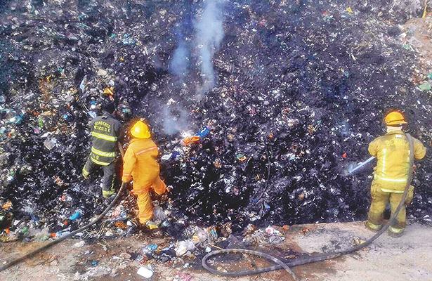 Combaten incendios bomberos de Tula