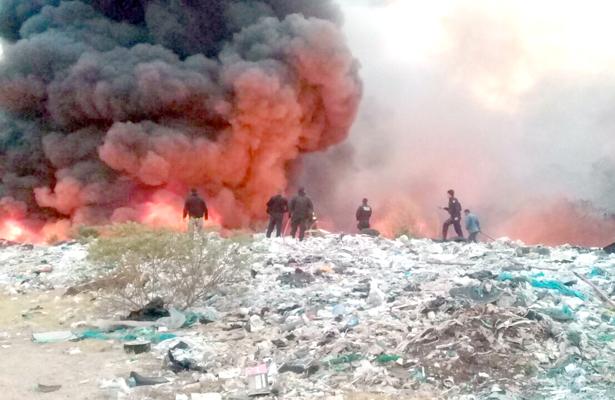 En Apan, arrasa fuego con una hectárea del basurero