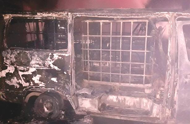 Ardieron vehículos; trasegaban combustible