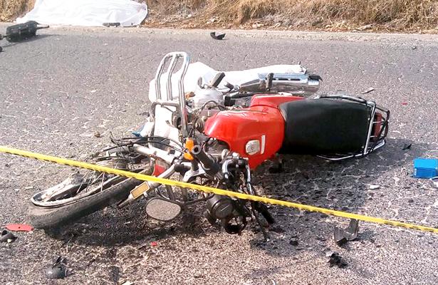 En Apulco, chocaron moto y camión: 2 muertos