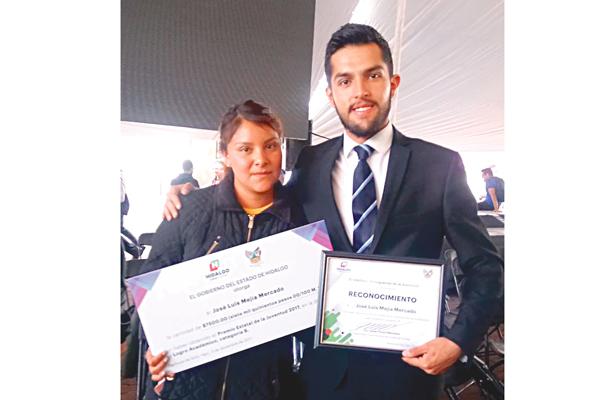 José Luis Mejía recibe Premio de la Juventud