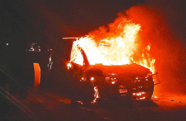 Fuego extinguió camioneta en la vía México-Tuxpan
