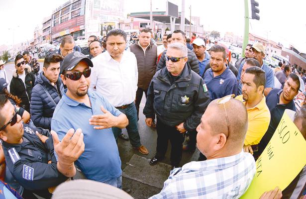 Sin aviso les quitan base; taxistas bloquean bulevar