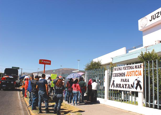 MANIFESTACIÓN, ayer, frente al juzgado del Centro de Internamiento para Adolescentes. Foto: El Sol de Hidalgo.