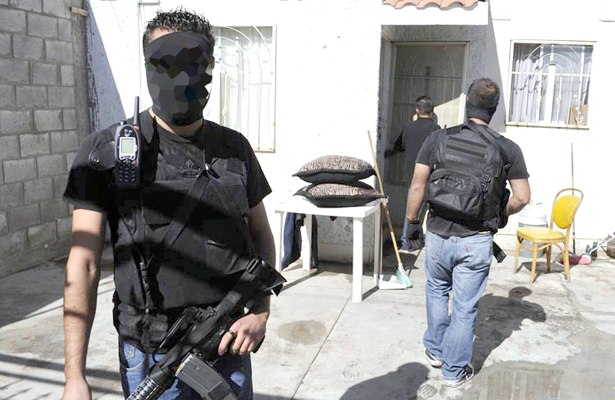 Comando armado irrumpe vivienda