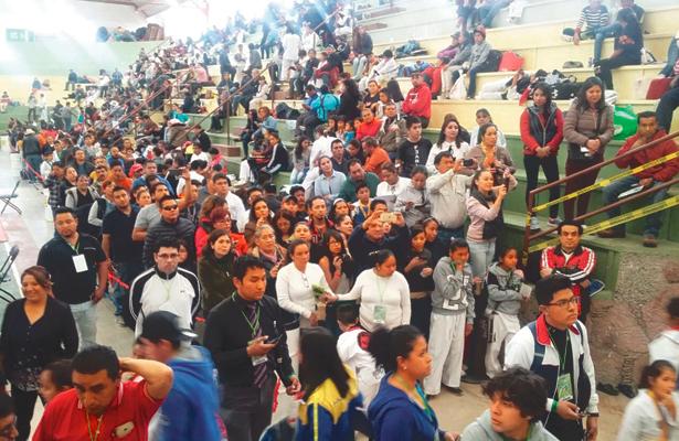 El gimnasio municipal apenas fue suficiente para recibir a los asistentes. Foto: Sol de Hidalgo.