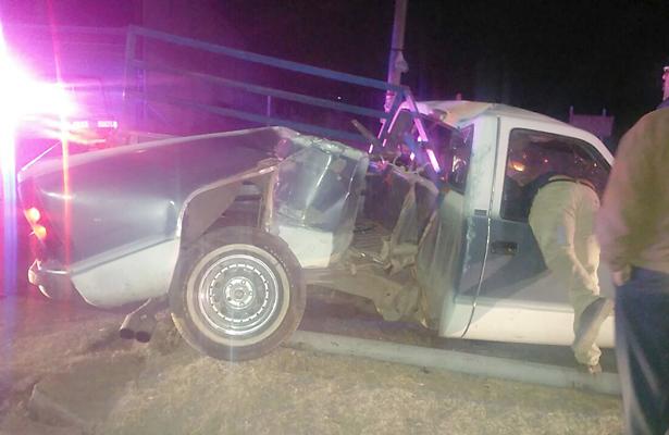 Choca camioneta contra poste de tendido eléctrico; chofer se salvó