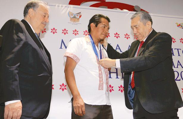 Otorgan medalla a gobernador  indígena de San Ildefonso