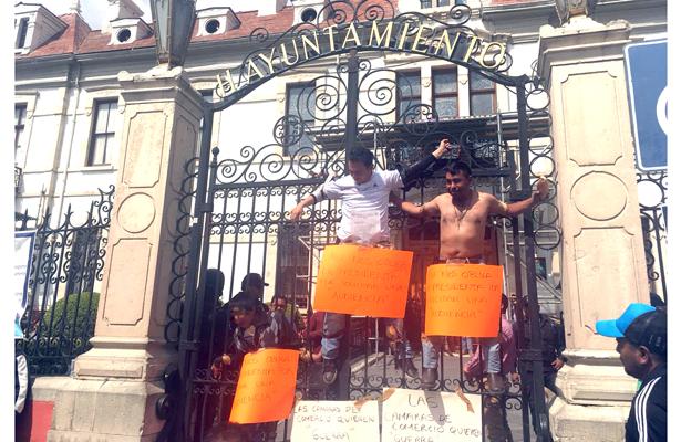 Integrantes de la FOIDEH, simulan crucifixión
