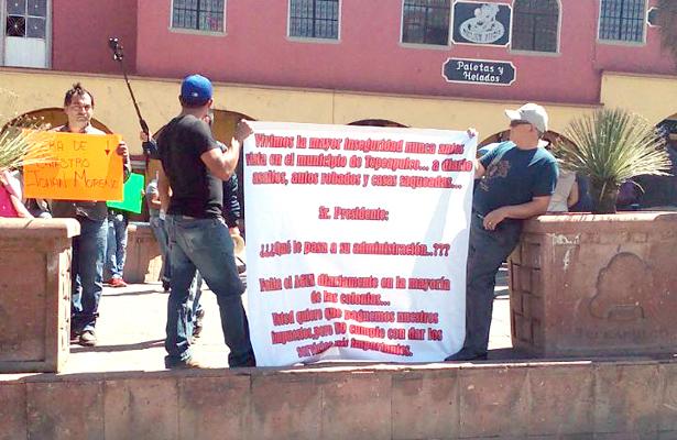 Vendedores fijos y semifijos de Tepeapulco, se manifiestan en explanada del Ayuntamiento