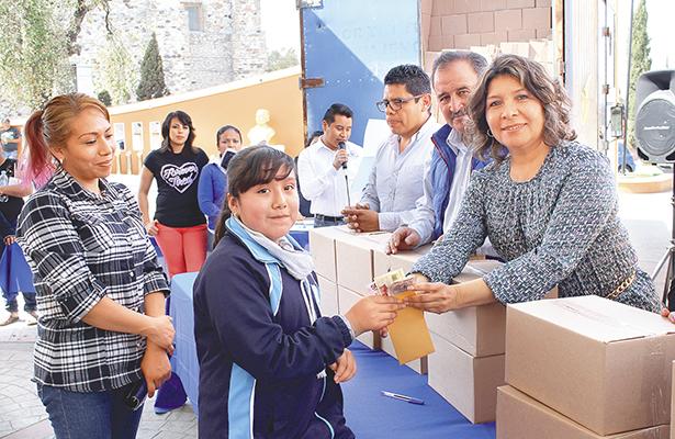 Entregan becas W15 a alumnos destacados