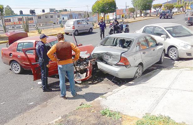 Se impactó contra dos vehículos estacionados