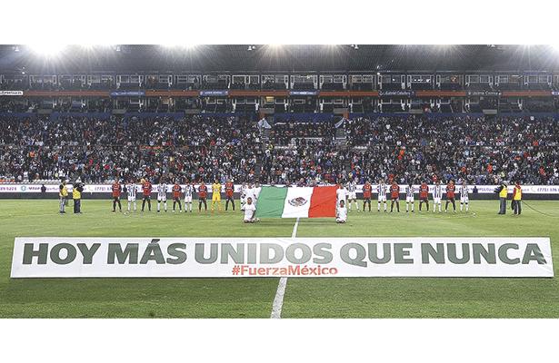 El año pasado, futbolistas y afición expresaron, desde la cancha, su solidaridad con los damnificados por temblores. Foto: Especial