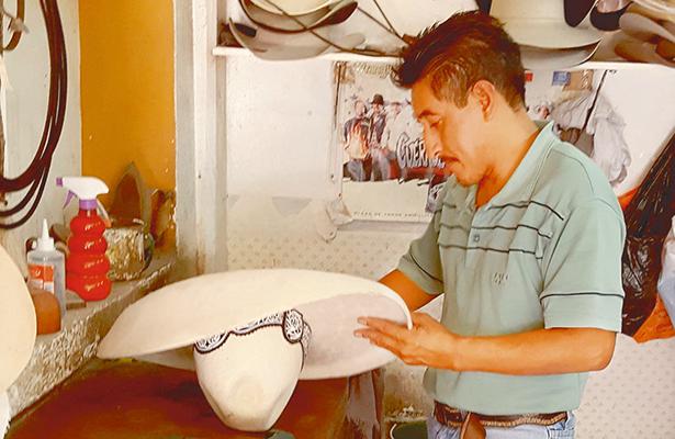 En auge, reparación de sombrero charro