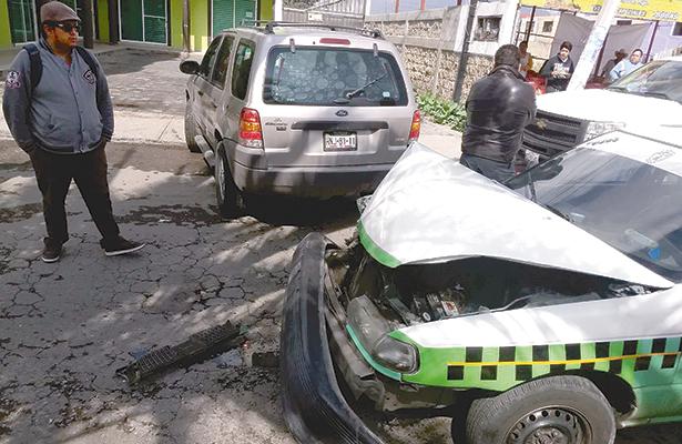 Salió de reversa, taxi no esperó y chocaron en Mineral de la Reforma