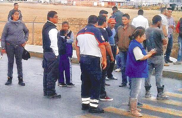 Paramédicos brindaron apoyo ante decenas de curiosos. Foto: El Sol de Hidalgo.