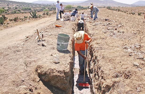 Los apantles que conducen el agua a lo largo de más de 40 kilómetros del acueducto de Tembleque fueron reparados por personas de comunidades zempoaltecas con técnicas indohispanas del siglo 16. Foto: Edith Hernández / El Sol de Hidalgo.