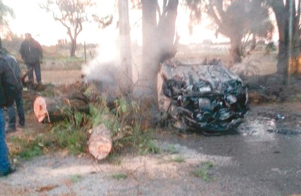 Impactó árbol, volcó y se quemó