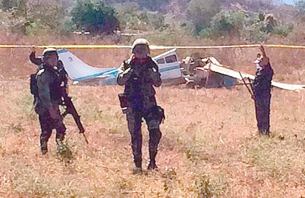 Se desploma avioneta: dos tripulantes mueren