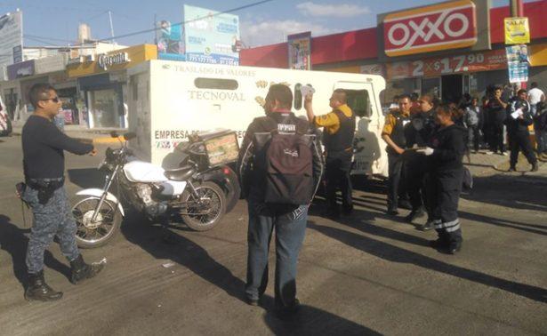 Embiste camioneta a motociclista; está grave