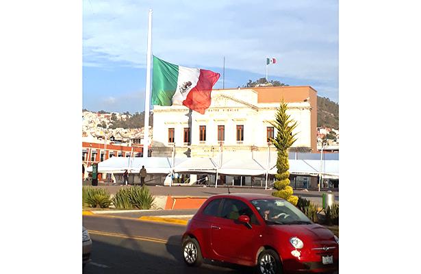 Las banderas más vistosas de Pachuca se observan en Plaza Juárez y, a lo lejos, en el cerro del barrio Cruz de los Ciegos. Foto: Sonia Nochebuena. / El Sol de Hidalgo.