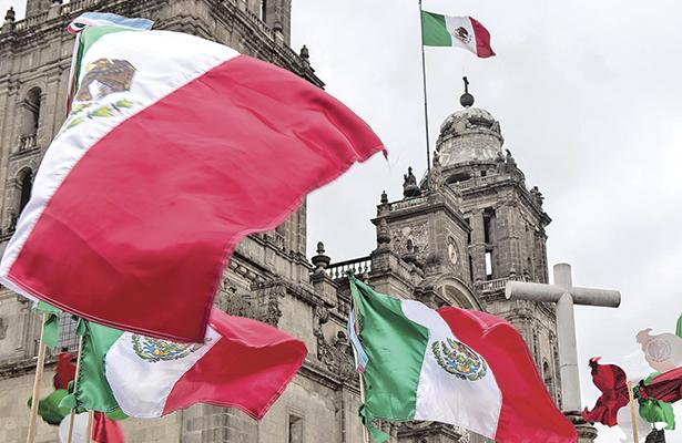 Desde 1935, guardia de honor en homenaje a la Bandera de México