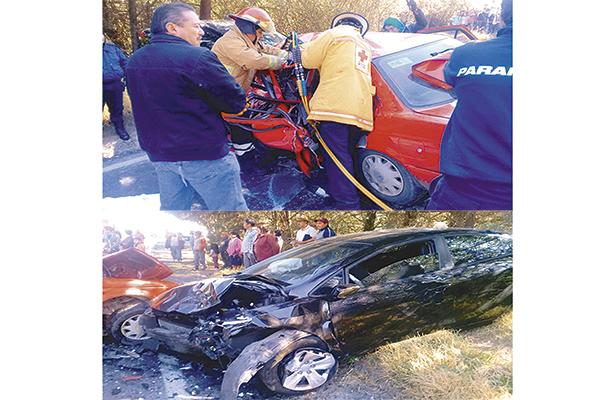 """Bomberos batallaron para rescatar a dos personas atrapadas en el vehículo rojo, requiriendo de las """"quijadas de la vida"""". Los tripulantes del otro automóvil involucrado se encuentran ilesos. Foto: El Sol de Hidalgo."""