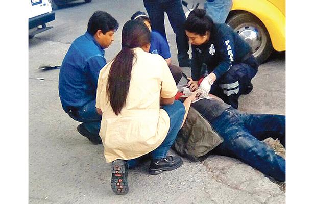 Un lesionado y daños en choque de auto y moto