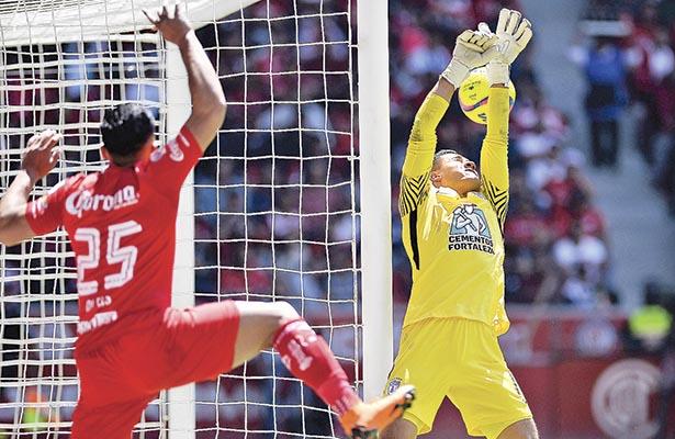 Canelo, delantero del Toluca, rescató un balón sobre la línea para superar a Alfonso Blanco y provocar el gol de la victoria escarlata por marcador de 2-1. Foto: El Sol de Hidalgo.