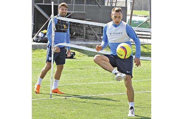 Giménez está confirmado para jugar esta noche, mientras que Palacios (izquierda) ni siquiera viajó.
