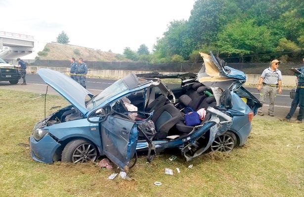 Auto en pedazos: mujer murió y tres hombres están graves