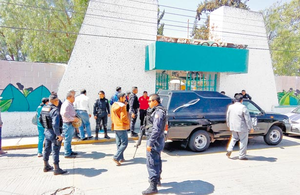 Servicios de rescate atendieron el reporte, sin embargo, el empleado ya se encontraba sin vida. Personal de la Procuraduria de Justicia se constituyó en el lugar. Foto: Sol de Hidalgo.