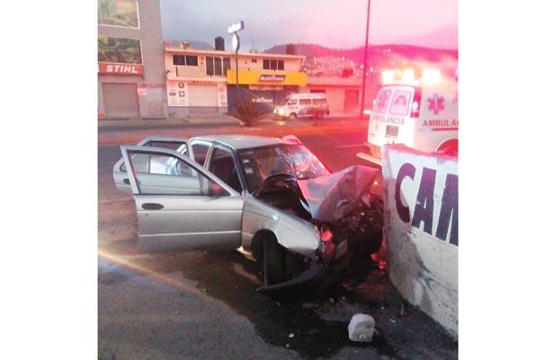 ¡SUSTAZO! Familia choca en su vehículo contra muro