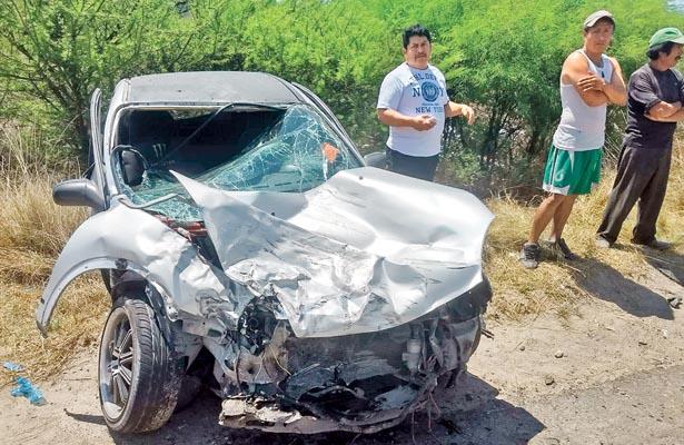 Casi destruido quedó el pequeño automovil