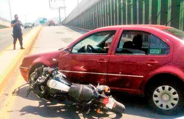 Motociclista al piso tras embestirlo auto
