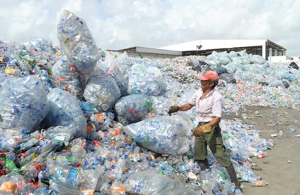 Fabrican pantalones con botellas recicladas de PET