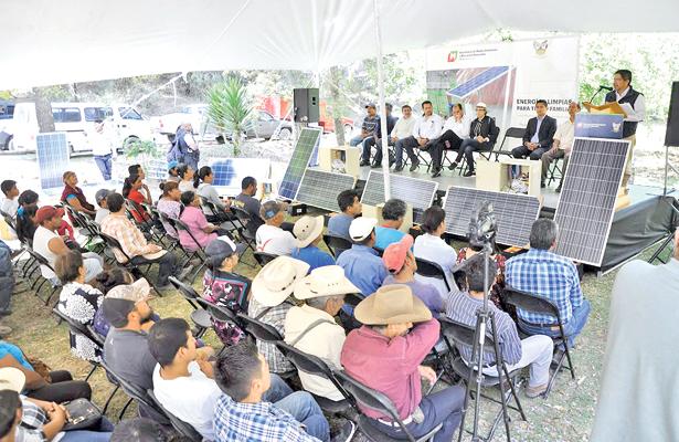 Semarnath entrega paquetes fotovoltaicos en cuatro municipios