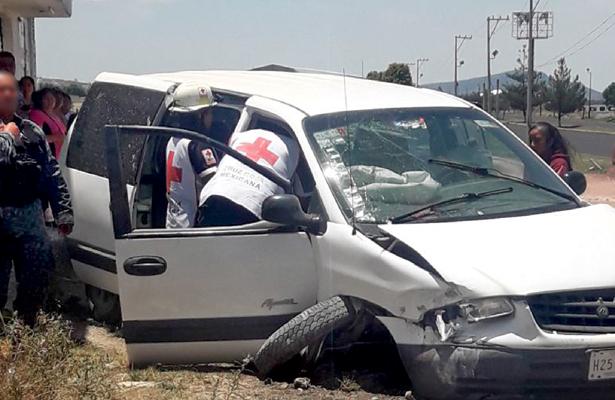 Vehículo con familia a bordo se impacta contra una casa