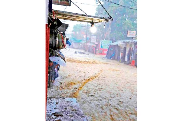De forma repentina y durante una hora, fuerte lluvia causó momentos de tensión entre pobladores en Huejutla, San Felipe Orizatlán y Tlanchinol. Venturosamente, el meteoro solo causó daños materiales. Foto: Sol de Hidalgo.