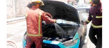 Auto incendiado; bomberos sofocan el fuego