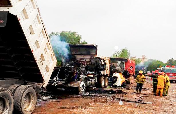 Pugna entre transportistas dejó 4 heridos y camiones quemados
