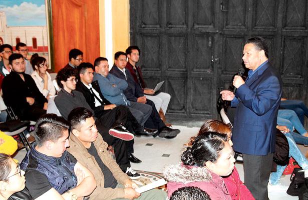 Julio Menchaca compromete apoyo para la juventud