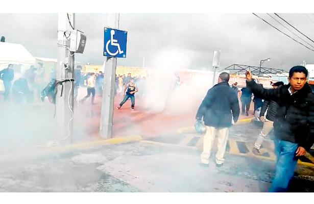 Empujones, insultos y gases lacrimógenos salen a relucir en huelga