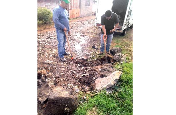 Dan mantenimiento al alcantarillado sanitario de Santiago Tulantepec