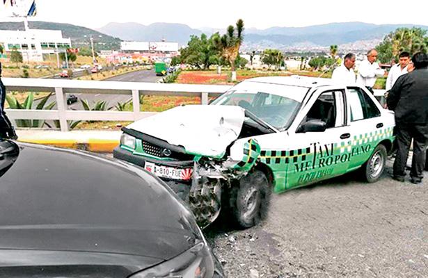 Taxi y auto particular se impactan de frente