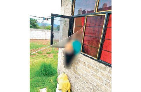 Muerte de espanto: se atoró en ventana
