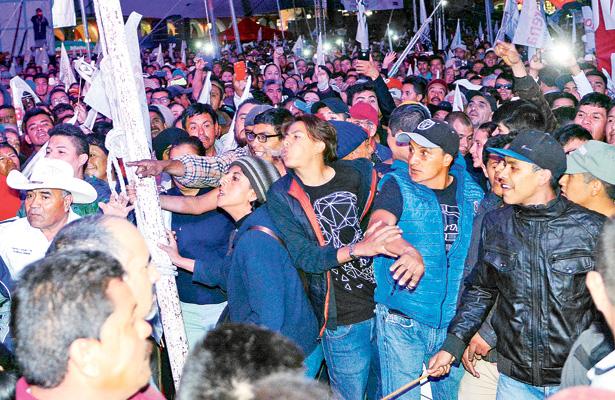 Durante el mitin un grupo de jóvenes, presúntamente militantes de Morena, generaron un enfrentamiento que distrajo incluso al candidato, quien les pidió calma. Foto: Carlos Sevilla