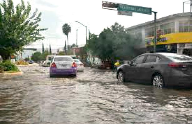 Dan mantenimiento a rede pluvial y drenes de las principales avenidas