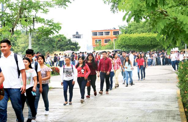 Presentan más de 1,300 aspirantes examen de admisión en UTHH