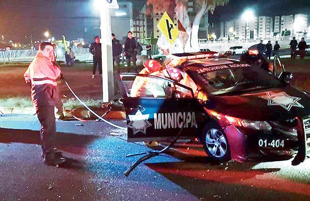 Queda prensado policía municipal tras accidente